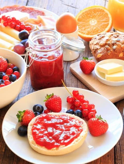 Canva - gedeckter Frühstückstisch